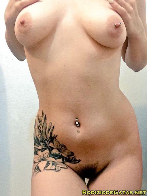 Gata tatuada muito gostosa
