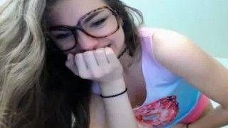 Novinha nerd fazendo striptease