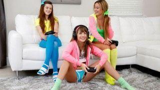 Três Gostosas Jogando Video Game e Dando Pro Safado
